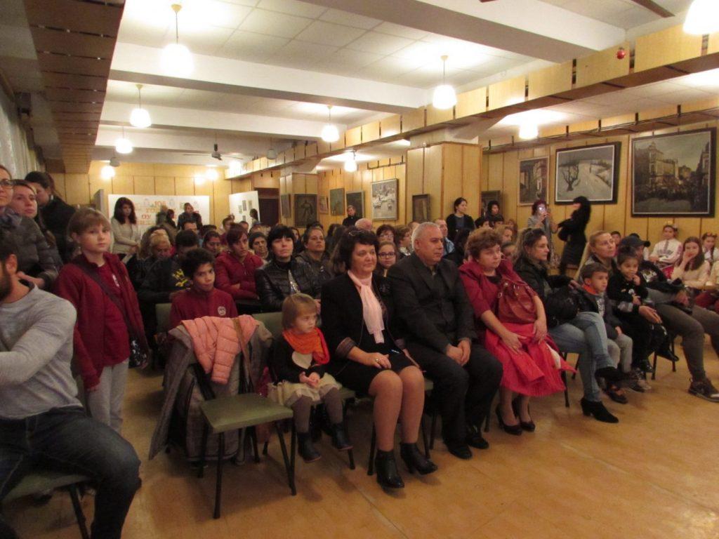 """Ученици и учители от ОУ """"Братя Миладинови"""" отбелязаха с концерт Деня на будителите"""